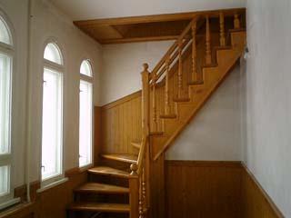 Исходя из принятых стандартов, уклон мансардной лестницы должен составлять от 25 до 40 градусов.